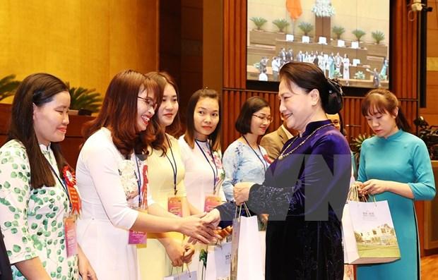 Presidenta del Parlamento de Vietnam recibe a destacados pedagogos hinh anh 1