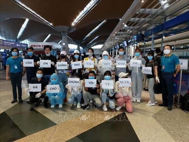 Retornan 290 ciudadanos vietnamitas desde Malasia hinh anh 1