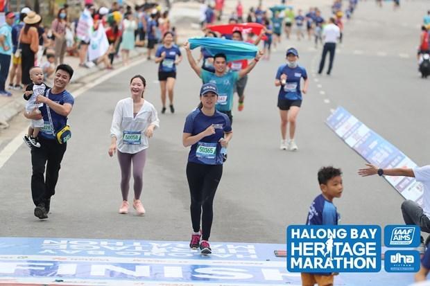 Miles de atletas participan en Maraton Internacional de la Bahia de Ha Long hinh anh 1