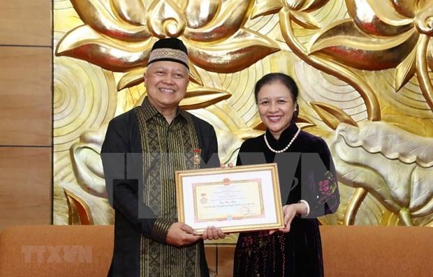 Condecoran a embajador indonesio con medalla de amistad de Vietnam hinh anh 1