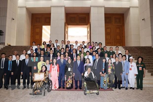 Recibe premier de Vietnam a personas con destacadas contribuciones a la comunidad hinh anh 1