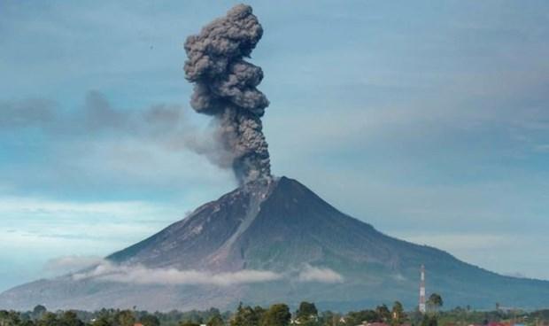 Volcan de Indonesia expulsa cenizas a cuatro kilometros de altura hinh anh 1