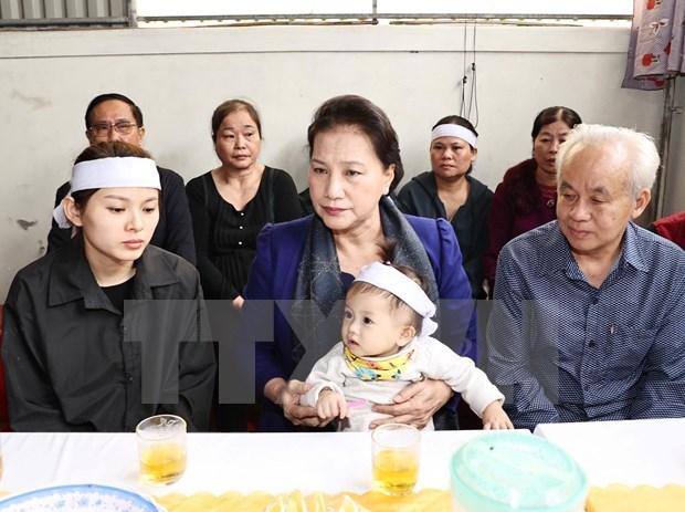 Presidenta del Parlamento visita a familias de soldados fallecidos en incidente en centro de Vietnam hinh anh 1
