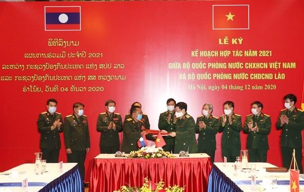 Ministerios de Defensa de Vietnam y Laos firman plan de cooperacion para 2021 hinh anh 1