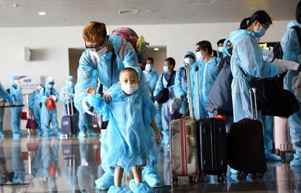 Repatrian a 240 vietnamitas varados en Malasia por COVID-19 hinh anh 1