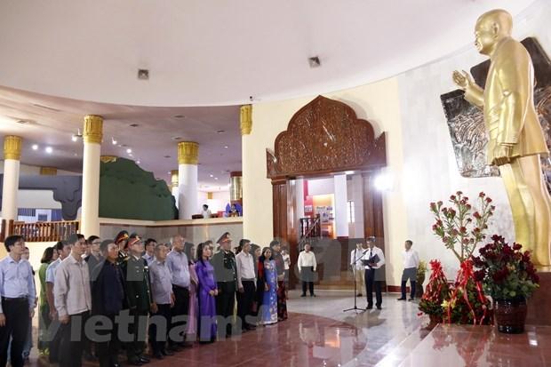 Diplomaticos vietnamitas rinden tributo al extinto presidente laosiano Kaysone Phomvihane hinh anh 1