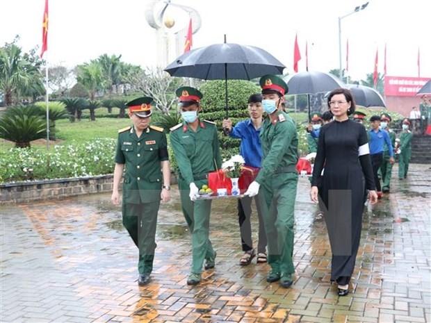 Sepultan restos de 58 combatientes vietnamitas caidos en la guerra hinh anh 1