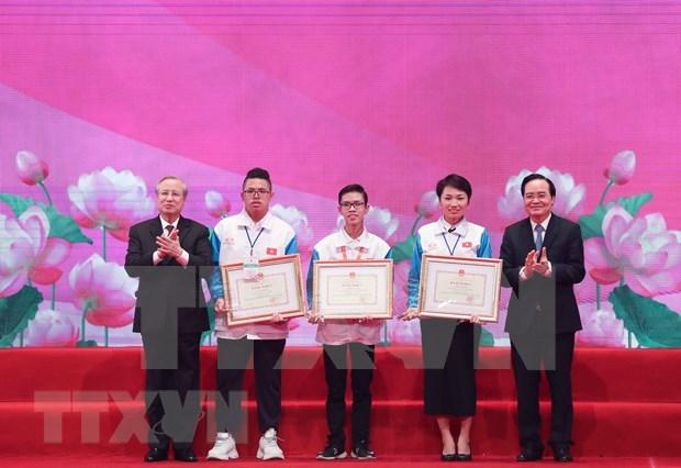 Exaltan el ejemplo de los estudiantes mas sobresalientes de Vietnam en 2020 hinh anh 1