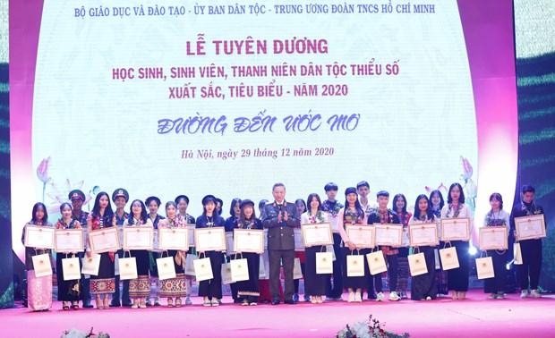 Reconocen a jovenes mas brillantes de etnias minoritarias de Vietnam hinh anh 1