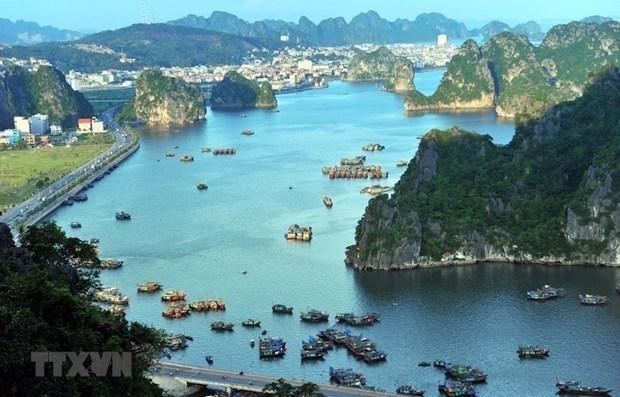 Bahia de Ha Long recibe a miles de visitantes en primeros dias de 2021 hinh anh 1