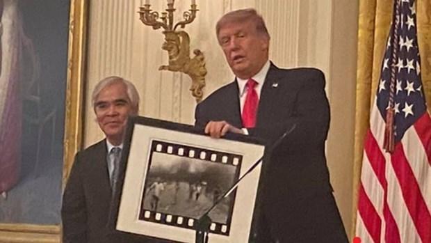 """Autor de instantanea """"La Nina del Napalm"""" recibe medalla de EE.UU. hinh anh 1"""