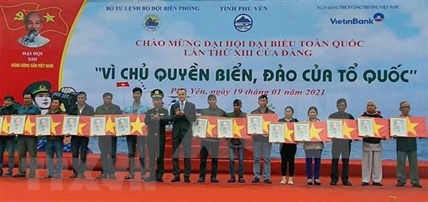 Entregan miles de banderas nacionales a pescadores en provincia vietnamita hinh anh 1