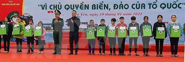 Entregan miles de banderas nacionales a pescadores en provincia vietnamita hinh anh 2