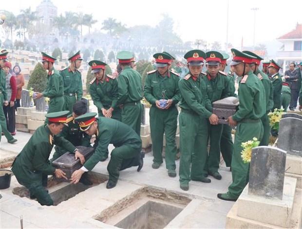 Sepultan restos de voluntarios vietnamitas caidos en Laos hinh anh 1