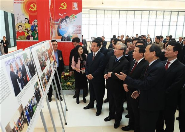 Celebran en Hanoi exposicion fotografica en saludo a XIII Congreso Nacional del Partido Comunista de Vietnam hinh anh 1