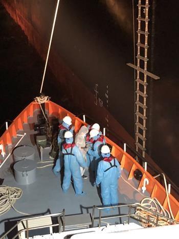 Autoridades vietnamitas rescatan a filipino en alta mar hinh anh 1