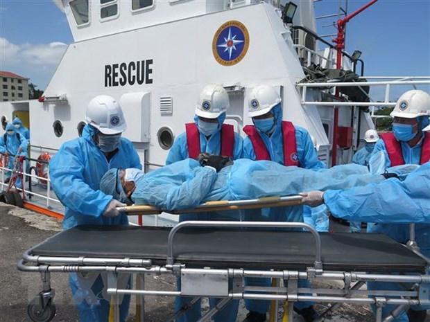 Socorritas de Vietnam rescatan a marinero filipino en el mar por urgencia medica hinh anh 1
