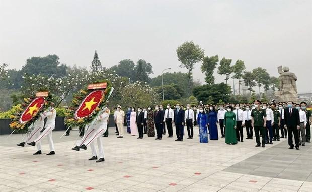 Dirigentes de Ciudad Ho Chi Minh rinden homenaje a los martires de guerra hinh anh 1