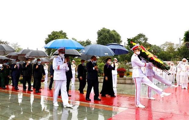 Dirigentes de Vietnam rinden tributo al Presidente Ho Chi Minh en ocasion del Ano Nuevo Lunar hinh anh 2