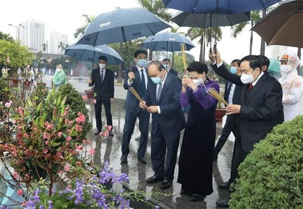 Dirigentes de Vietnam rinden tributo al Presidente Ho Chi Minh en ocasion del Ano Nuevo Lunar hinh anh 3