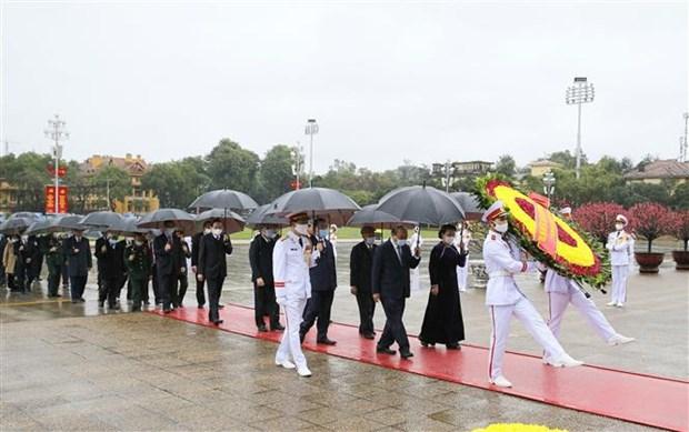 Dirigentes de Vietnam rinden tributo al Presidente Ho Chi Minh en ocasion del Ano Nuevo Lunar hinh anh 1