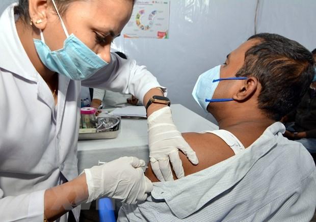 Indonesia aplica vacunacion contra el COVID-19 a cinco mil periodistas hinh anh 1