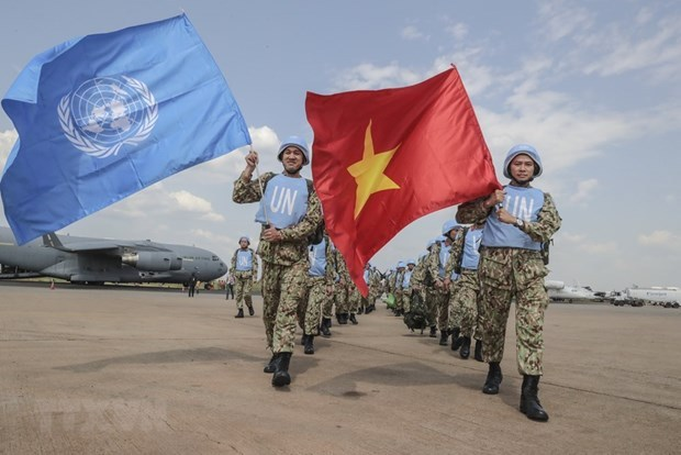 Soldados vietnamitas de bata blanca protegen firme archipielago de Truong Sa hinh anh 4