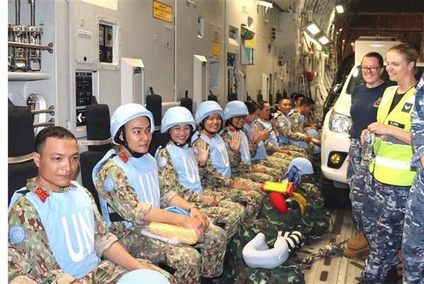 Soldados vietnamitas de bata blanca protegen firme archipielago de Truong Sa hinh anh 5