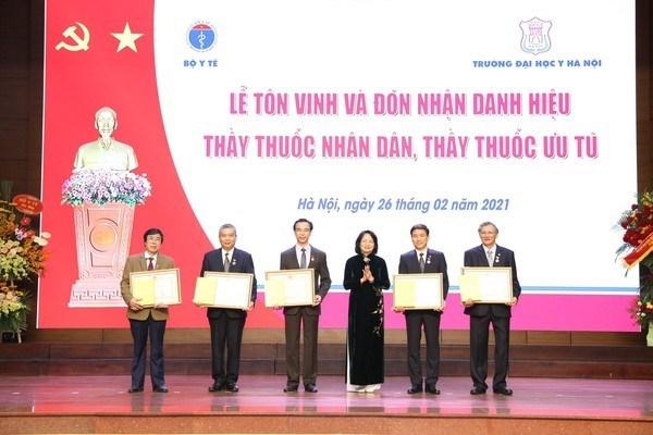 Honran a galenos destacados en el Dia del Medico de Vietnam hinh anh 1