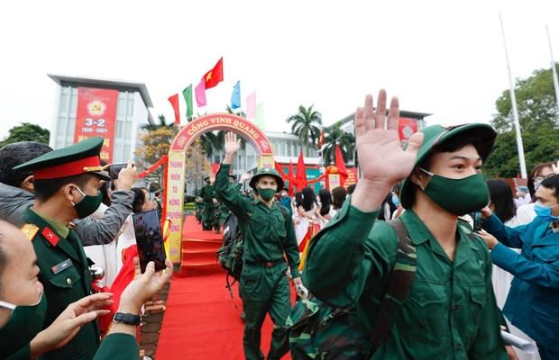 Miles de jovenes hanoyenses se alistan al ejercito hinh anh 1