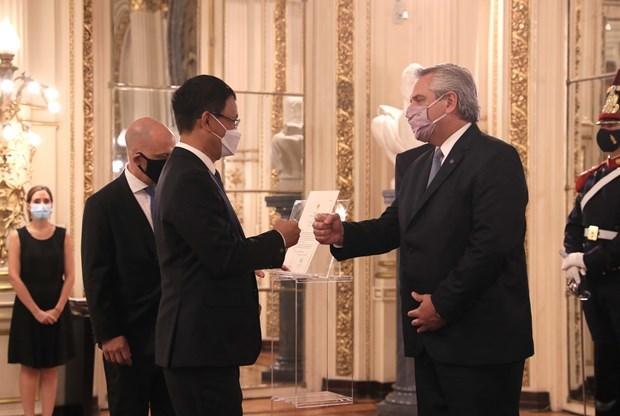 Embajador de Vietnam entrega cartas credenciales al presidente de Argentina hinh anh 1