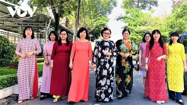 Mujeres de Ciudad Ho Chi Minh presumen tunica tradicional en oficinas de trabajo hinh anh 1
