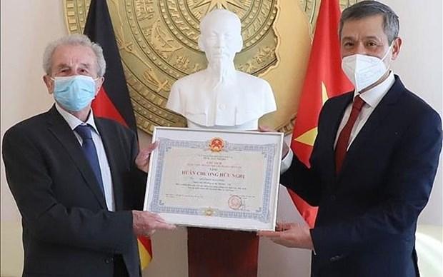 Entregan Medalla de la Amistad a un aleman aficionado al cafe vietnamita hinh anh 1