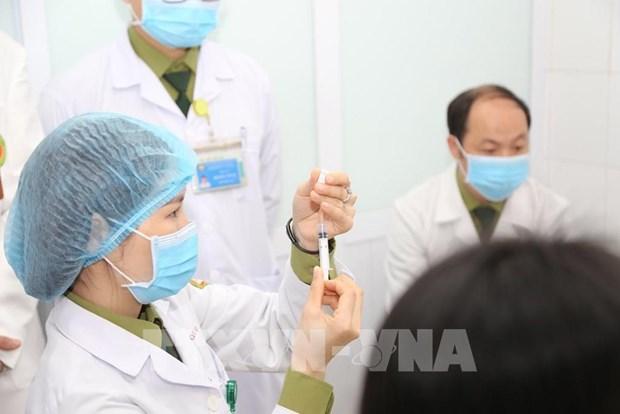 Completan primeras inyecciones antiCOVID-19 de segunda fase de ensayo clinico en Vietnam hinh anh 1
