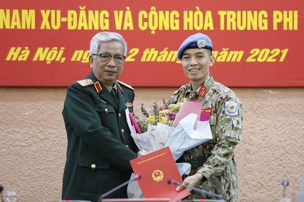 Entregan decisiones a oficial vietnamita para realizar su mision en sede de ONU hinh anh 1