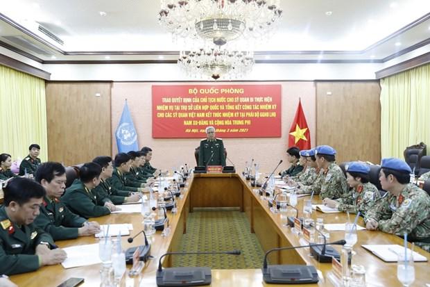Entregan decisiones a oficial vietnamita para realizar su mision en sede de ONU hinh anh 2
