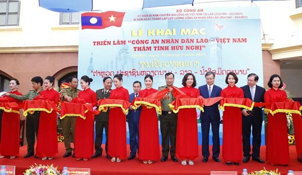 Exposicion estrecha los lazos entre Policias Populares de Laos y Vietnam hinh anh 1