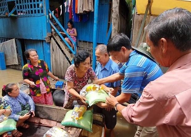 Apoyan a familias de origen vietnamita en Camboya en el contexto de COVID-19 hinh anh 1