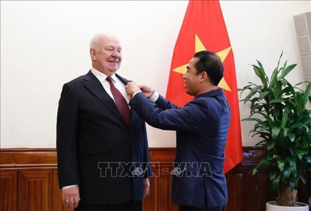 Confieren Medalla de Amistad de Vietnam a embajador de Rusia hinh anh 1
