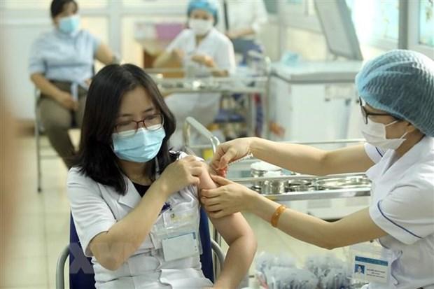 Reciben mas de 35 mil personas vacuna contra COVID-19 en Vietnam hinh anh 1