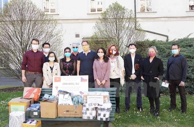 Destacan contribuciones de vietnamitas a la lucha contra COVID-19 en Republica Checa hinh anh 1