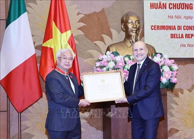 Honran a funcionario vietnamita con Orden del Merito de Italia hinh anh 1