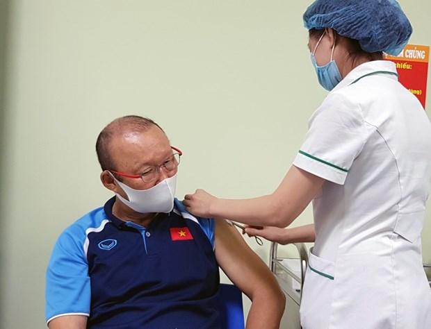 Seleccion nacional de futbol de Vietnam recibe vacuna contra COVID-19 hinh anh 1