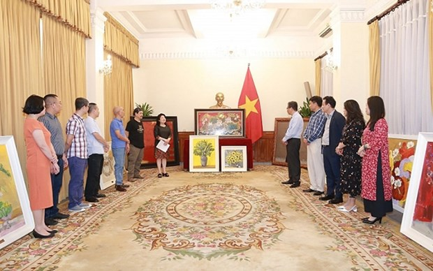Donan pinturas a embajadas de Vietnam en Rusia y Ucrania hinh anh 1