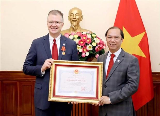 Embajador estadounidense en Vietnam recibe Orden de Amistad por sus contribuciones a lazos bilaterales hinh anh 1