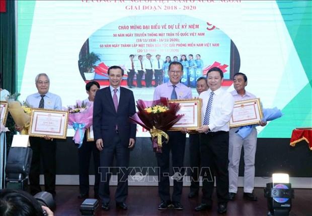 Honran a personas con destacados meritos en labores sobre vietnamitas en extranjero hinh anh 1