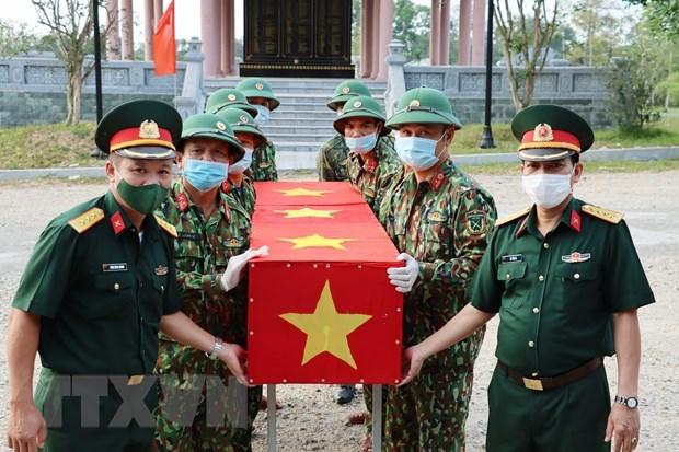 Repatrian restos de 14 combatientes voluntarios vietnamitas caidos en Laos hinh anh 1