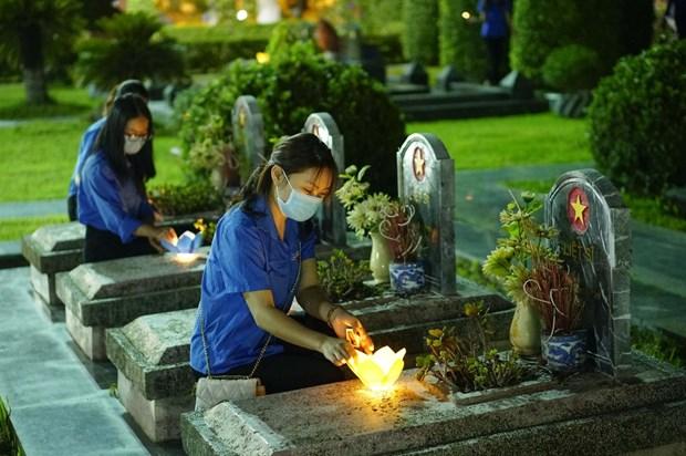 Jovenes vietnamitas conmemoran aniversario 67 de la victoria de Dien Bien Phu hinh anh 1
