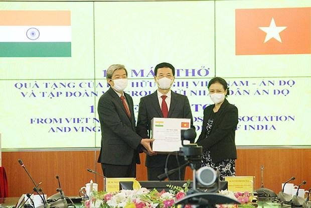 Vietnam entrega 100 ventiladores a la India para respaldar su lucha contra el COVID-19 hinh anh 1