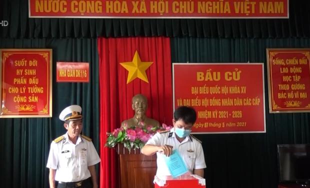 Soldados vietnamitas en plataforma maritima participan en elecciones legislativas anticipadas hinh anh 1